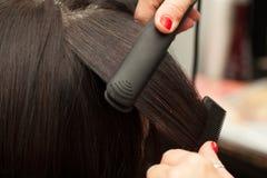 Hairstyling, richtend gerade Stockbilder