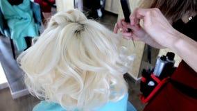 Hairstylingprocess Förlagen gör frisyrflickan Frisyr av bruden lager videofilmer