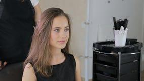 Hairstylist, fryzjer przygotowywa nastoletniej dziewczyny w bielu uzupełniał pokój dla fryzjerstwa zbiory