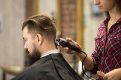 Hairstylist kobieta robi ostrzyżeniu obraz stock