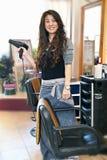 Hairstylist nel salone di capelli immagine stock libera da diritti