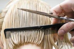 Hairstylist que peina el pelo Fotografía de archivo libre de regalías