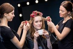 Hairstylists fryzuje włosy kobieta obraz royalty free