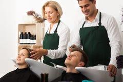 Hairstylists myje włosy klienci zdjęcie royalty free