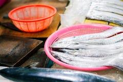 Hairtail, cutlassfish no mercado de peixes coreano imagem de stock royalty free