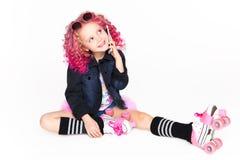 Hais ondulados coloridos Ombre Menina moderna pequena do moderno na roupa da forma Fala no telefone estúdio Em Foto de Stock Royalty Free