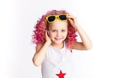 Hais ondulados de Colores Ombre A menina moderna pequena do moderno na forma veste-se, Selfie Fala no telefone Imagem de Stock Royalty Free