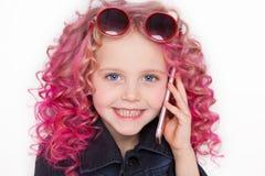Hais ondulados de Colores Ombre Pequeña muchacha moderna del inconformista en ropa de la moda El hablar en el teléfono y sonrisa Imagen de archivo libre de regalías