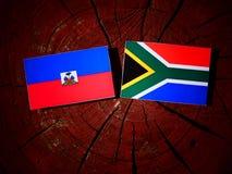 Haitańska flaga z południe - afrykanin flaga na drzewnym fiszorku odizolowywającym Obraz Royalty Free