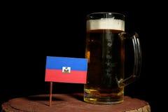 Haitańska flaga z piwnym kubkiem na czerni Fotografia Royalty Free