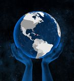 Haiti no globo nas mãos foto de stock