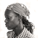 Haitianische Frau mit Bandana, Borten und Ohrringen lizenzfreies stockbild