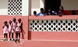 Haitianische katholische Kindergartenerskinder außerhalb der Schule in ländlichem Haiti stockbild