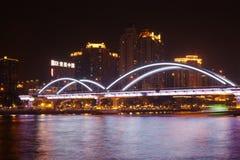 Haizhu Brücke über Pearl River nachts Lizenzfreie Stockbilder