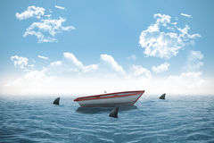 Hajar som cirklar det lilla fartyget i havet Royaltyfri Foto