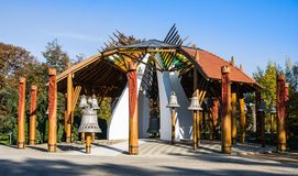 HAJDUSZOBOSZLO, UNGARN - NOVEMBER 2,2015: Das Bell-Haus gebaut im Jahre 2000 durch Zoltan Ratz-architecht Das Bell-Haus ist jetzt Stockfotografie