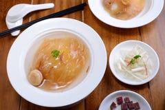 Hajfenasoppa i kinesisk stil på den vita bunken royaltyfria foton