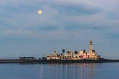 Haji Ali Mosque med Moonset Arkivbild