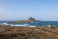 Hajliten vikEnseada DOS Tubarões och sekundär ösikt - Fernando de Noronha, Pernambuco, Brasilien arkivfoto
