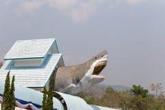Hajstaty på taket i det Chiang Mai akvariet, Thailand royaltyfri foto