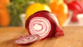 Hak een ui met mes Snijdende groenten Kok hakkende ui Langzame Motie stock footage