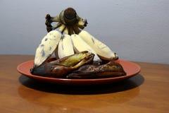Hak Muk banan, Tajlandzkiego języka imię Piec na grillu i dojrzały banan w brown naczyniu na drewnianym stole zdjęcia stock