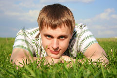 hakan hands liggande mansommar för lawn royaltyfri fotografi