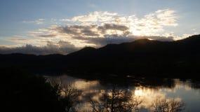 Hakarimata se extiende puesta del sol del invierno al lado del río del waikato imágenes de archivo libres de regalías