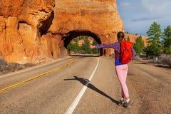Hake-fotvandra flickan med ryggsäcken nära den röda kanjonen Royaltyfri Fotografi