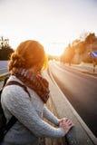 Hake-fotvandra flickan på en väg arkivfoto