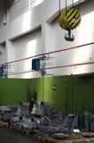Hakenkranaufzug in der Fabrik mit Endprodukten Stockfotos