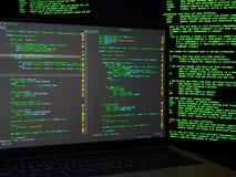 Haker που ψάχνει τα backdoors και που εκμεταλλεύεται την ευπάθεια για να κλέψει την ταυτότητα Έγκλημα Cyber στοκ φωτογραφίες