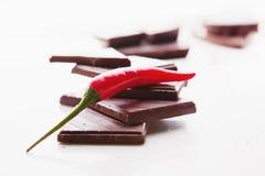 Hakkend donkere chocolade met verse roodgloeiende uitgezochte Spaanse peperpeper Stock Foto