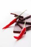 Hakkend donkere chocolade met verse roodgloeiende uitgezochte Spaanse peperpeper Royalty-vrije Stock Afbeeldingen
