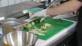 Hakkend verse komkommer voor het maken van vegetarisch Sushibroodje Royalty-vrije Stock Afbeeldingen
