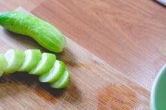 Hakkende komkommer Royalty-vrije Stock Foto's