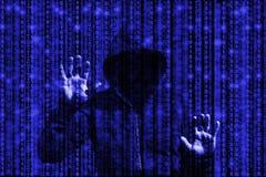 Hakker achter blauwe binaire gegevensstromen die wordt opgesloten Stock Fotografie