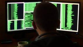 Hakker brekende code en het drinken van de kop bij uw bureau Het misdadige systeem van het hakker doordringende netwerk van zijn  Stock Foto