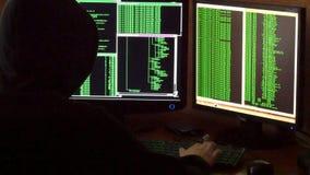 Hakker brekende code Misdadige hakker met het zwarte systeem van het kap doordringende netwerk stock videobeelden