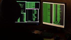 Hakker brekende code Misdadige hakker met het zwarte systeem van het kap doordringende netwerk van zijn donkere hakkerruimte stock video