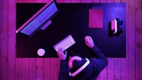 Hakker of crackerpoging om een veiligheidssysteem te binnendringen in een beveiligd computersysteem royalty-vrije stock foto