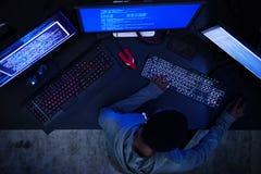 Hakker die aan computer cyber misdaad werken royalty-vrije stock afbeelding
