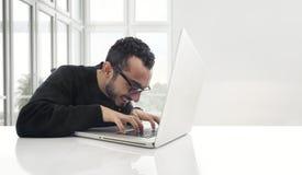 Hakker die aan laptop in het bureau werken Stock Foto's