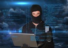 Hakker die aan laptop voor blauwe digitale achtergrond werken Royalty-vrije Stock Fotografie
