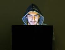 Hakker die aan zwendelmensen online proberen stock fotografie