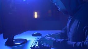 Hakker die computervirus voor cyberaanval gebruiken stock video