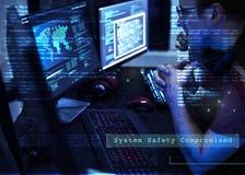 Hakker die een cyberspace netwerk binnendringen in een beveiligd computersysteem stock afbeeldingen
