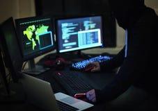 Hakker die een cyberspace netwerk binnendringen in een beveiligd computersysteem royalty-vrije stock afbeelding