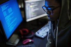 Hakker die een cyberspace netwerk binnendringen in een beveiligd computersysteem royalty-vrije stock fotografie