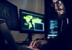 Hakker die gebruikend computer met codes werken stock afbeeldingen